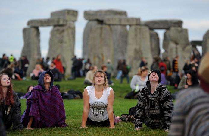 Bij The Stonehenge in Engeland verzamelen honderden Britten voor yoga-oefeningen.