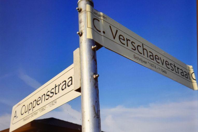 Het straatnaambord van de Anne Frankstraat is overplakt met de oude naam 'Cyriel Verschaevestraat'.