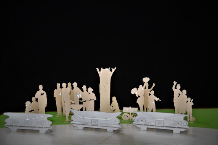 Maquette van de silhouetten van typische Amerikanen met op de voorgrond bankjes, waarvan de rugleuning het silhouet van Amerikaanse auto's bevat.
