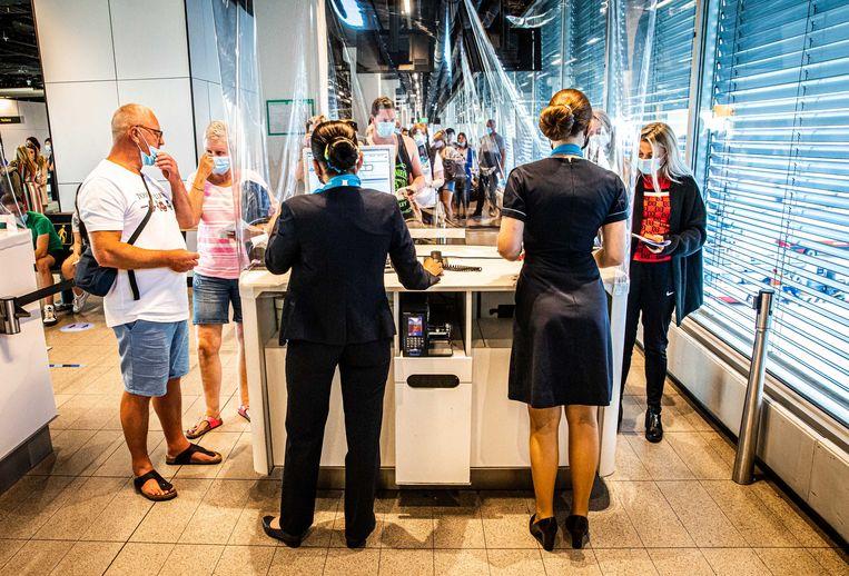Inchecken voor de eerste vakantievlucht van Corendon naar Bulgarije. Beeld ANP