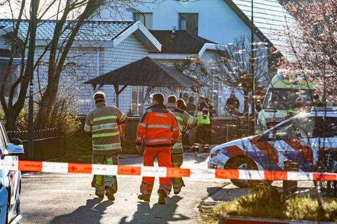 Hulpdiensten in Cothen, nadat daar de 50-jarige Mike Goedhart werd doodgeschoten.