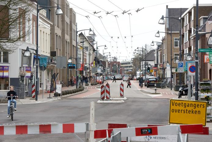 De Hoofdstraat in Velp wordt weer beter bereikbaar nu ook de reconstructie van het tweede deel van de Arnhemsestraatweg klaar is.