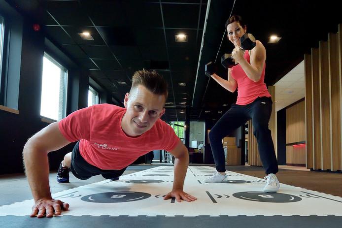 Eigenaren Edwin en Saskia Teunissen nemen alvast een voorproefje op de nieuwe trainingsruimte van gezondheidscentrum Fit en Gezond.