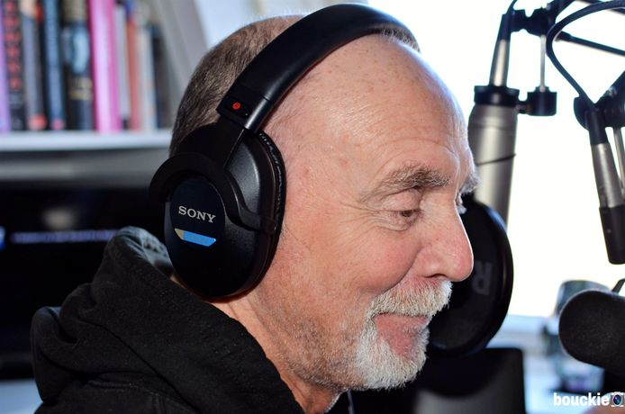 Luc van Rooij in zijn studio in Gouda, waar hij nog altijd geniet van het maken van radio.