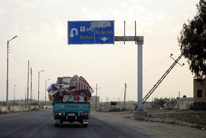 Een vuilniswagen gevuld met explosieven reed vanochtend in op een grensbewakingspost in Egypte.