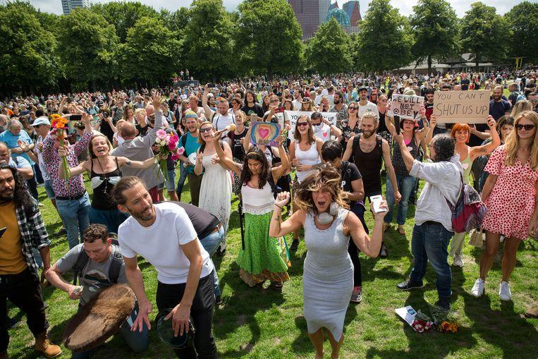 De demonstratie op het Malieveld tegen de coronamaatregelen werd verboden. Toch kwamen er enkele duizenden mensen naar Den Haag. Beeld Arie Kievit
