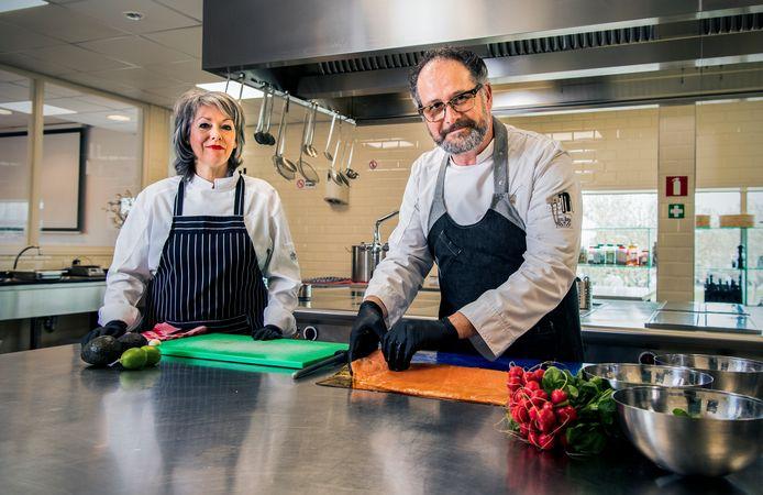 Pierrôt van Straten en Brigitte Ehbel in de keuken in de Spaanse Polder.