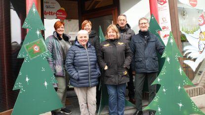 Kerstbomen als stil protest tegen onveilig verkeer in Ternatsestraat