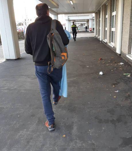 Zwerver brengt overlast in Wateringen en opent biertje in politiebus