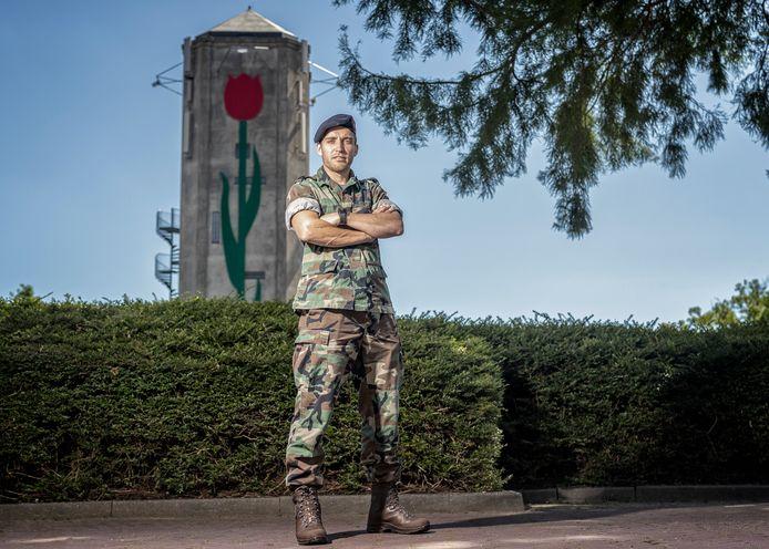 Commando Koen Castelein voor de watertoren in Roelofarendsveen.