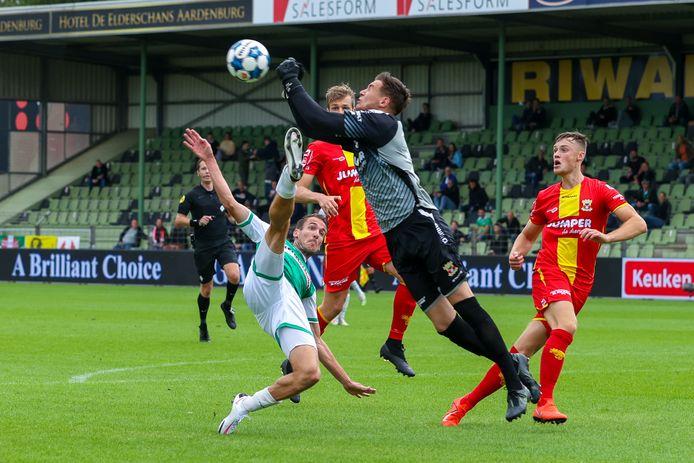 Kevin Vermeulen kan namens FC Dordrecht niet verhinderen dat de sterk uitkomende keeper Jay Gorter ingrijpt voor Go Ahead Eagles