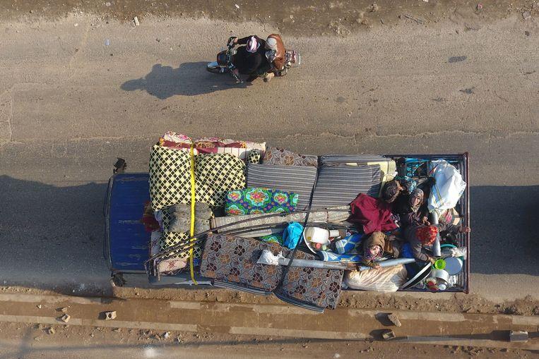 Inwoners van een dorp in Idlib op de vlucht voor het geweld. Beeld AFP