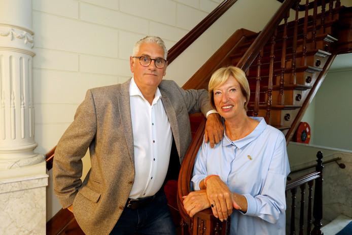 Astrid en Eibert Hamstra dragen hun Vlaardingse Stadsspeld met trots. Zij werden tijdens hun laatste Dag Zonder Drempels onderscheiden.