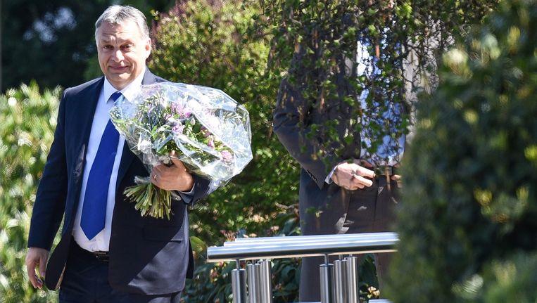 De Hongaarse premier Viktor Orban arriveert voor een bezoek aan de voormalige Duitse bondskansalier Helmut Kohl Beeld epa