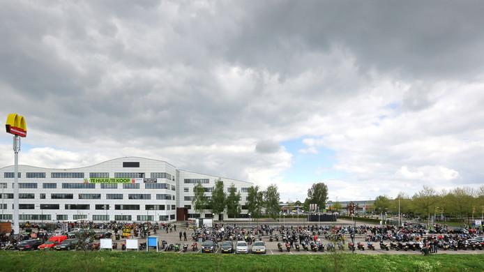 De parkeerplaats van de McDonald's langs de snelweg A12 in Veenendaal vol met tientallen motoren. De motorliefhebbers komen zondag opnieuw bij elkaar bij de McDonald's in Veenendaal.