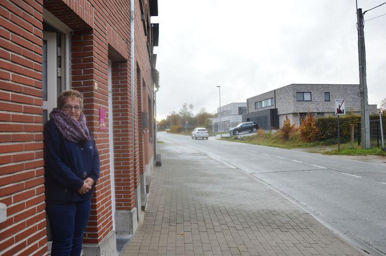 Anne De Maeseneer aan haar woning in de Brielstraat, waar er niet meer langs de weg mag worden geparkeerd.