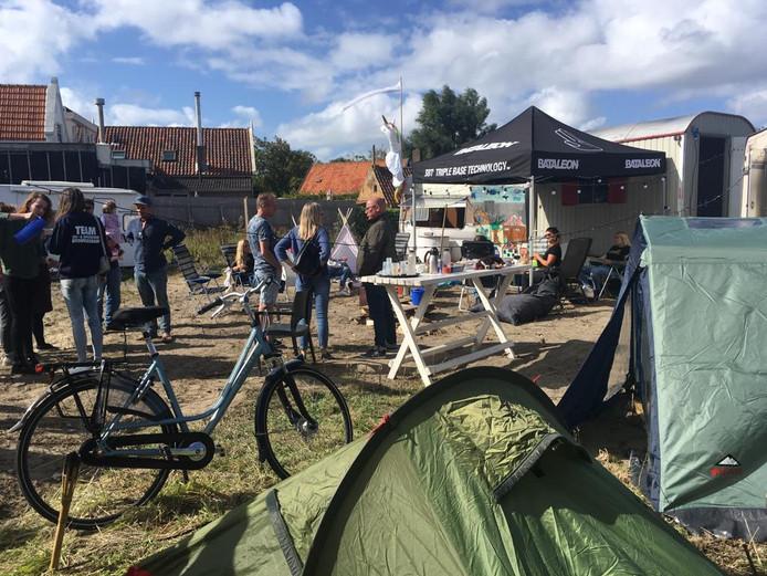 In september werd het braakliggende terrein aan de Dorpsstraat gekraakt met caravans en tenten. Een actie bedoeld om duidelijkheid te krijgen over de toekomst van het Gat