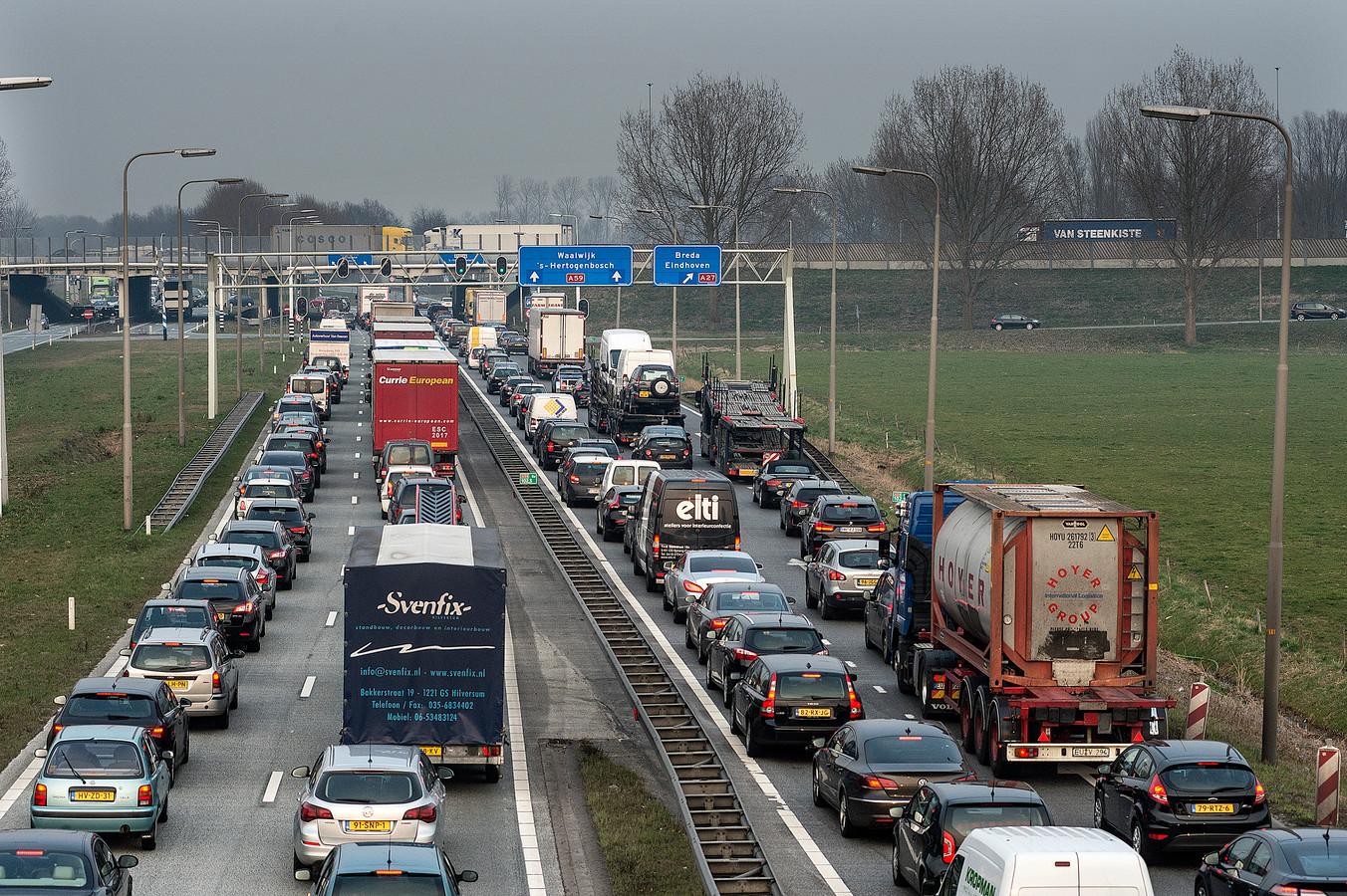 De verkeerslichten bij knooppunt Hooijpolder zorgen voor files. foto Ron Magielse