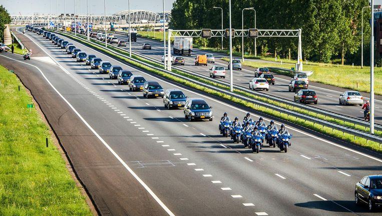 De rouwstoet op weg naar Hilversum, kort na de ramp met MH17. Beeld Anp