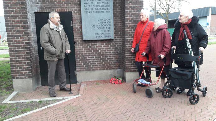 Bescheiden herdenking van het Amerikaans bombardement op Arnhem. Ruud Looijaard houdt een korte toespraak in de ijzige wind.
