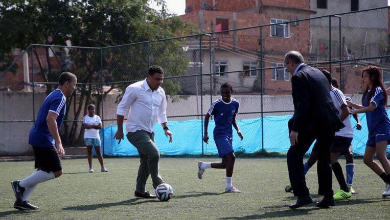 Ronaldo -de echte- en Jérôme Valcke, secretaris-generaal van de Fifa, trappen een balletje mee.