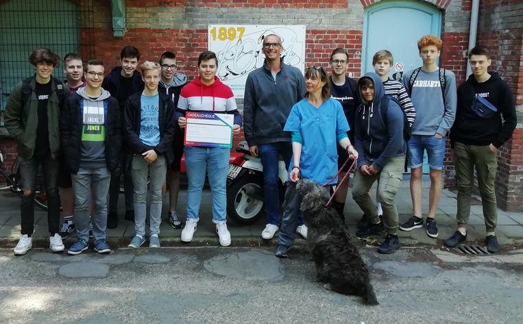 De leerlingen trokken naar Gent om de cheque te overhandigen.