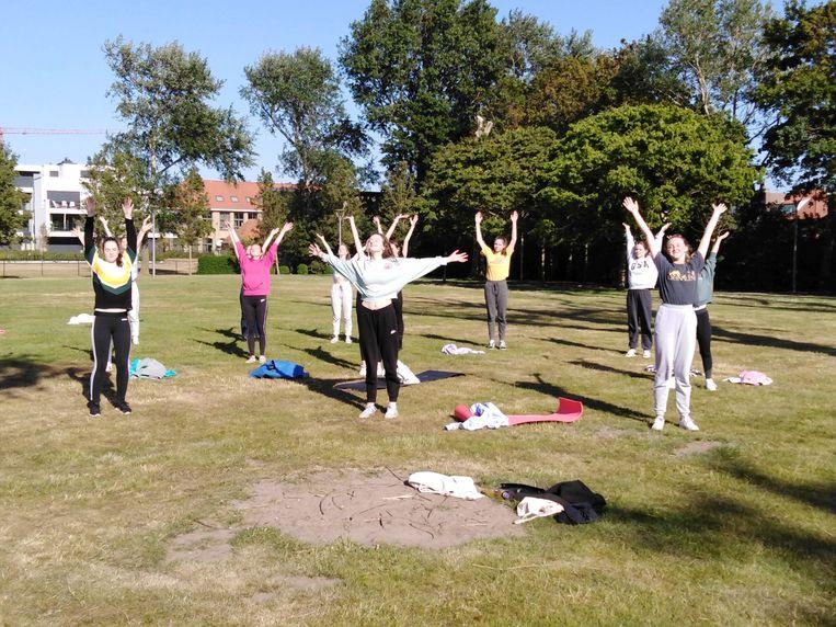 De leden van balletschool Le Cygne oefenen in de tuin van cultuurcentrum Scharpoord.