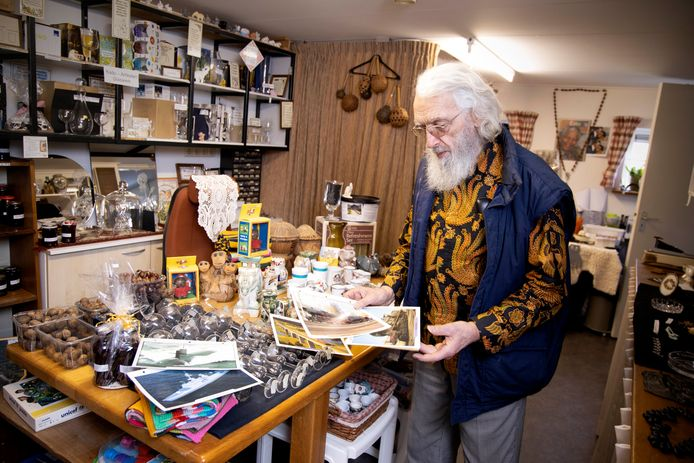 Broeder Alex Grooten in zijn winkeltje waarmee hij geld inzamelt voor het kindertehuis in Afrika