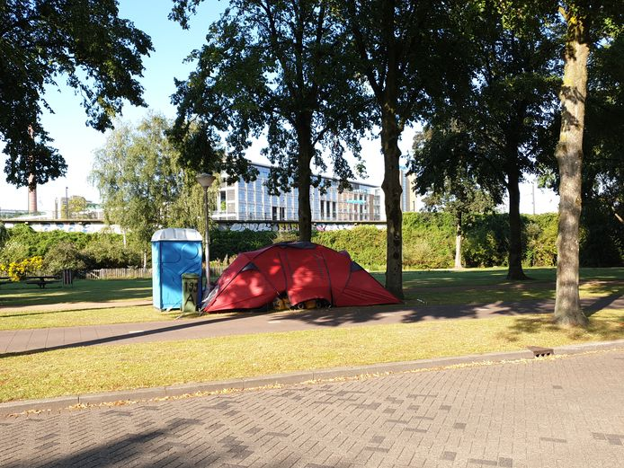 Om de dame op het bankje in Eindhoven is dinsdagavond een tent geplaatst.
