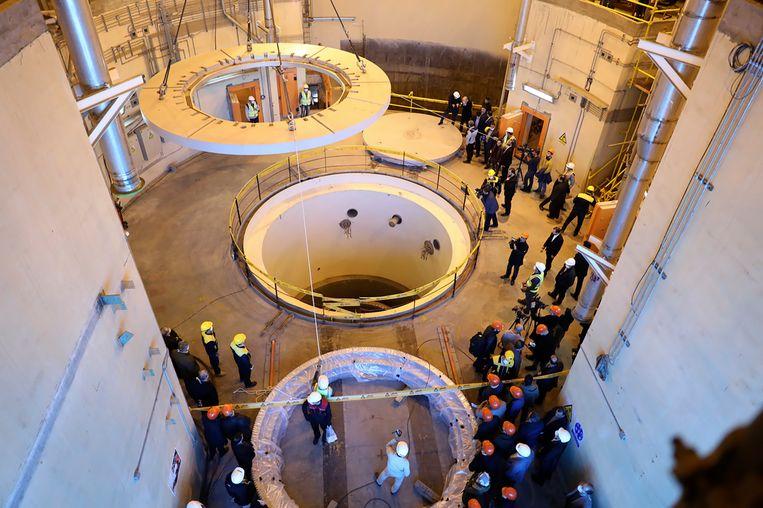 Technici aan het werk in een zwaar water reactor in Arak, Iran. Deze stof kan gebruikt worden bij de productie van waterstofbommen.  Beeld AP