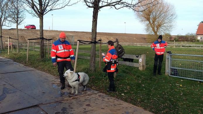 Vrijwilligers van de reddingshondengroep RHWW zijn in Culemborg op zoek naar de vermiste Niels Wienberg.