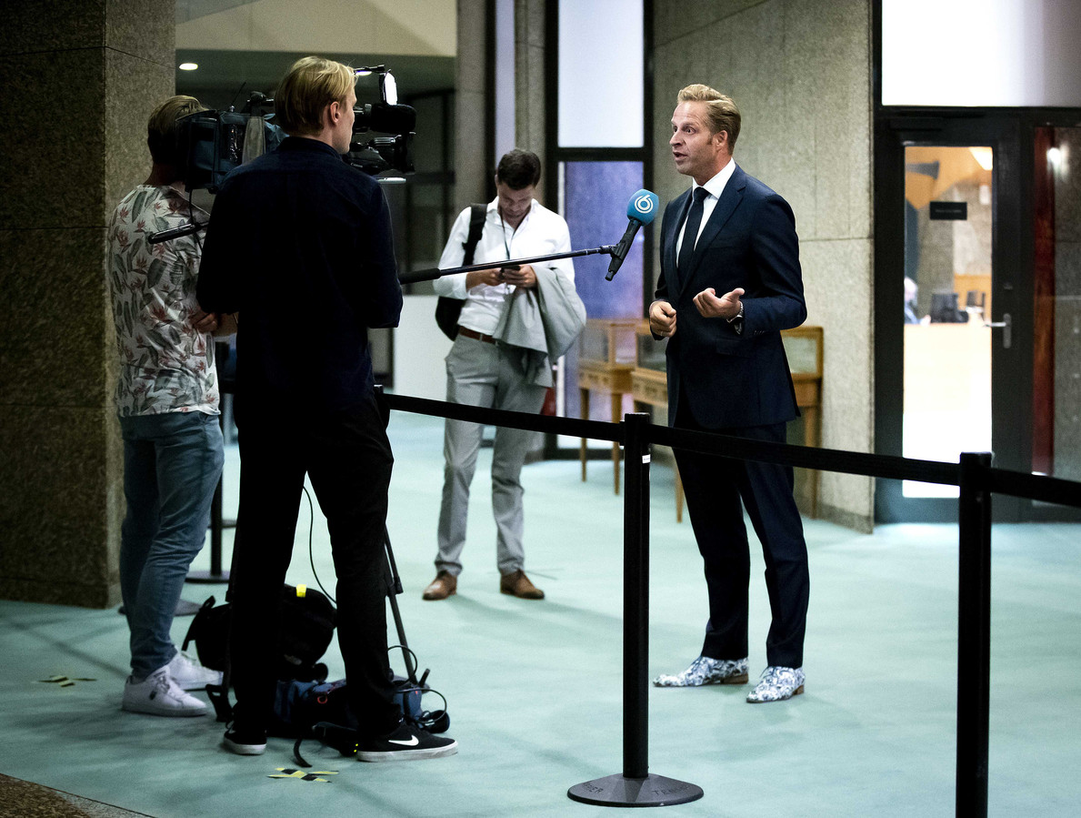 Minister Hugo de Jonge van Volksgezondheid, Welzijn en Sport, staat de pers te woord na afloop van een plenair debat over de ontwikkelingen rondom het coronavirus.