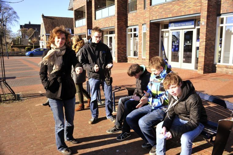 Fotografe Karine Versluis gaf gisteren twee fotoworkshops aan jongeren in Staphorst. De deelnemers gingen er gewapend met bloknootjes op uit om goed te leren kijken. foto Frens Jansen