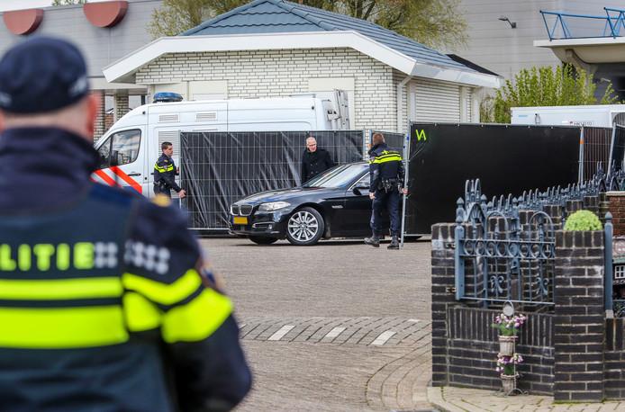 Grietje B. (57) uit Deventer, die wordt verdacht van het doodschieten van haar echtgenoot Lauwie van Lies komt aan in een geblindeerde auto.