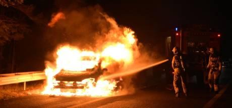 Vlammenzee verwoest auto op afrit A28 bij Nunspeet