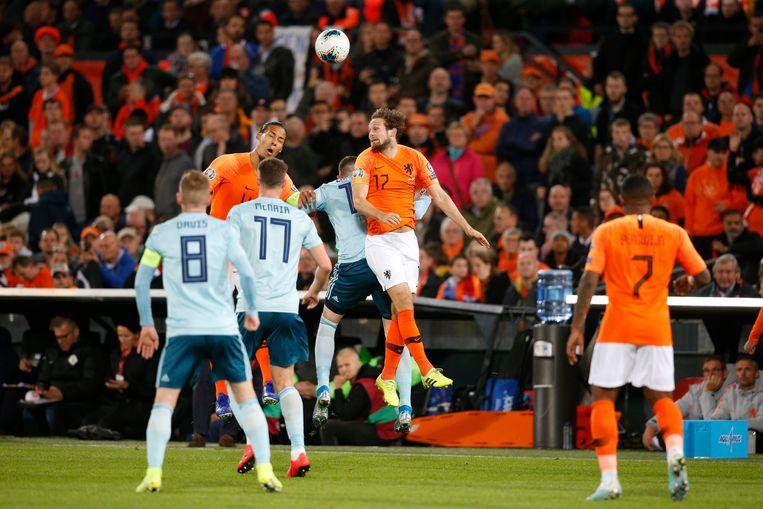Daley Blind samen met Virgil van Dijk (links) in een kopduel tijdens de thuiswedstrijd tegen Noord-Ierland, door Oranje met 3-1 gewonnen. Beeld BSR Agency