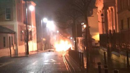 """Wagen gaat in vlammen op voor Noord-Iers gerechtsgebouw: """"Mogelijk een bomauto"""""""