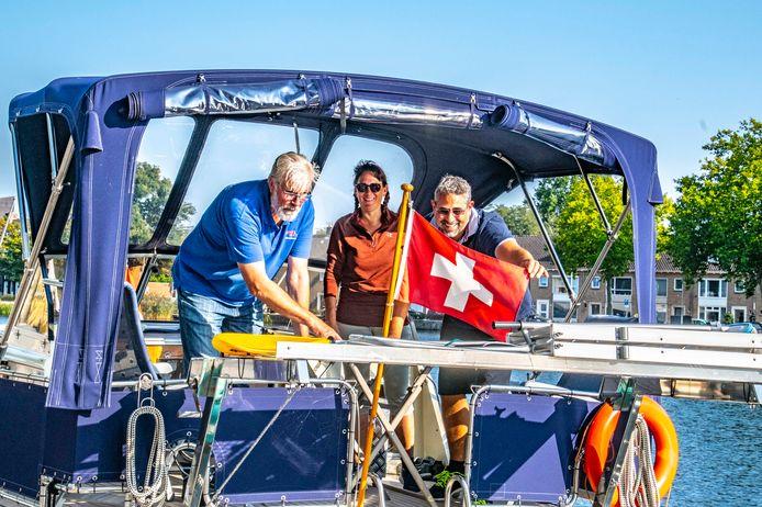 Tweede havenmeester Piet Maas legt het Zwitserse echtpaar op de waterkaart uit, hoe ze dan toch nog in Maasbracht kunnen komen.