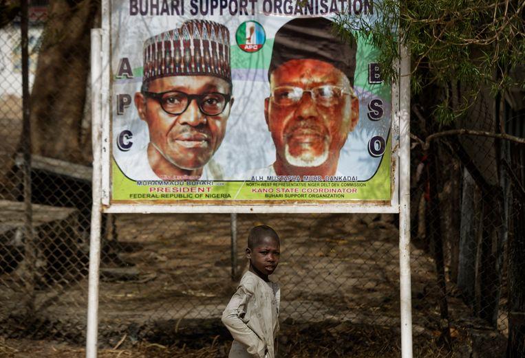 Een verkiezingsposter voor de zittende president Muhammadu Buhari.  Beeld AP