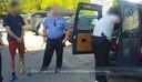 De auto van de twee Nederlanders wordt doorzocht in Boedapest.