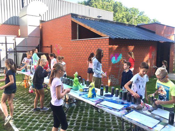 zestig kinderen gingen aan de slag om de muur te bewerken