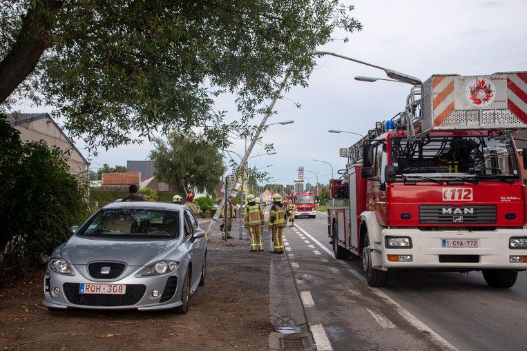 Een verlichtingspaal hing gevaarlijk over de Noordlaan in Wetteren nadat hij wegzakte. Schade aan de wagen die er net van een oprit reed, is er niet.