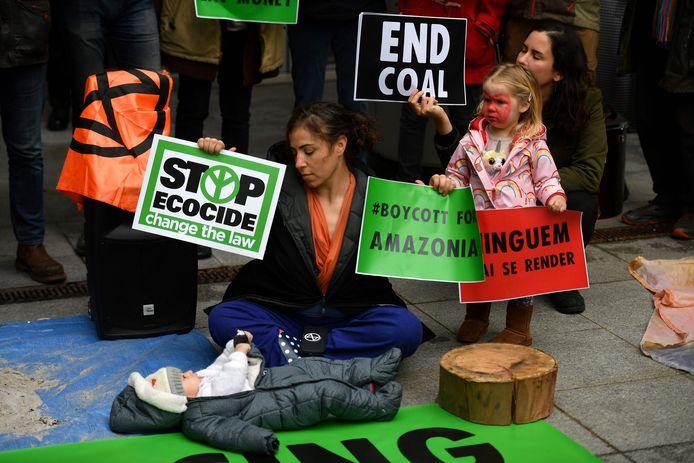Een Extinction Rebellion-activist voert actie tegen ecocide.