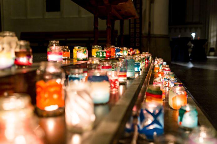Kaarsjes branden tijdens een eerdere editie van Wereldlichtjesdag in de Stevenskerk in Nijmegen.