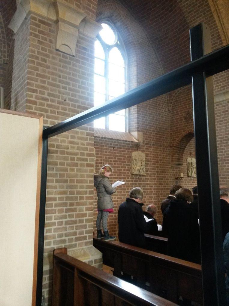 Er klimt een meisje op de kerkbank, maar dat is niet genoeg Beeld null