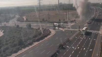 Raket landt nipt naast wagens op kruispunt in Israël
