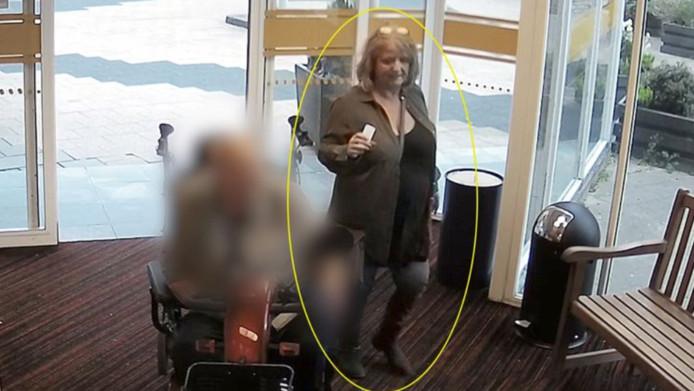 La femme fraudeuse est âgée d'environ 60 ans.