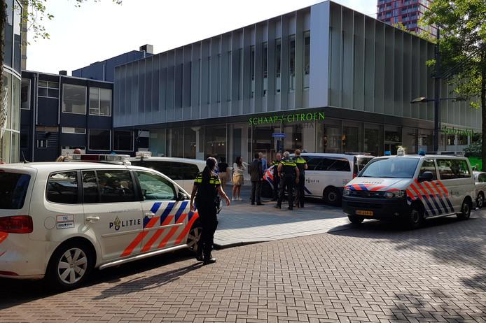 Een agent heeft bij een aanhouding op de Kruiskade in Rotterdam-Centrum zijn arm gebroken.