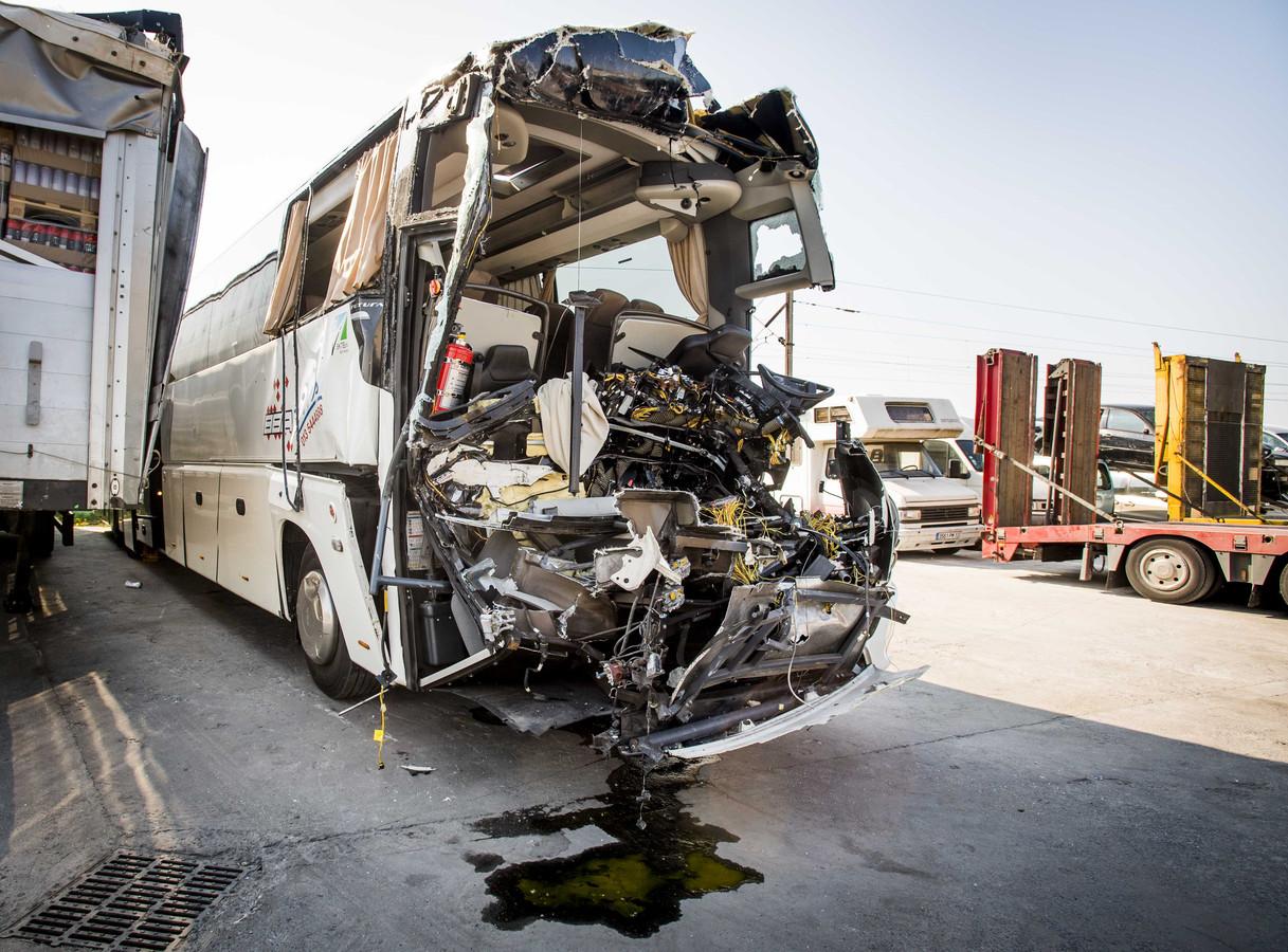 De bus waarin de leerlingen van het Strabrecht College uit Geldrop zaten staat bij een autosloperij in de Franse plaats La Croix Rouge.