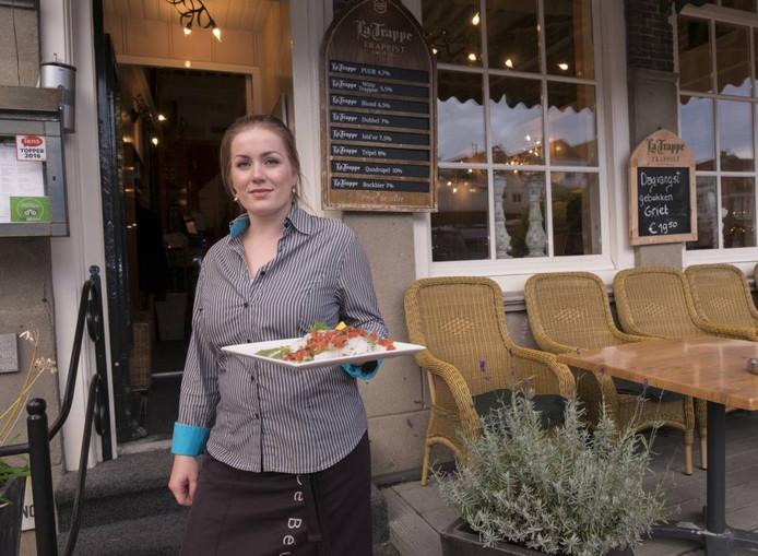 Eline Blijlevens serveert een van de vele heerlijke gerechten van de Beuze.